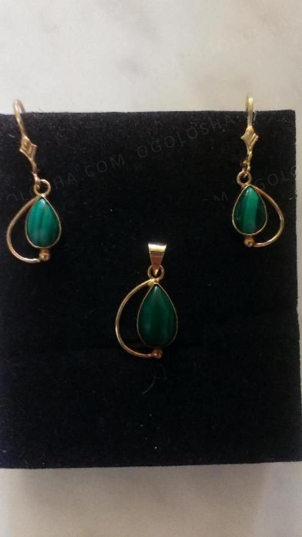 Золотые сережки и кулон с зелеными камнями