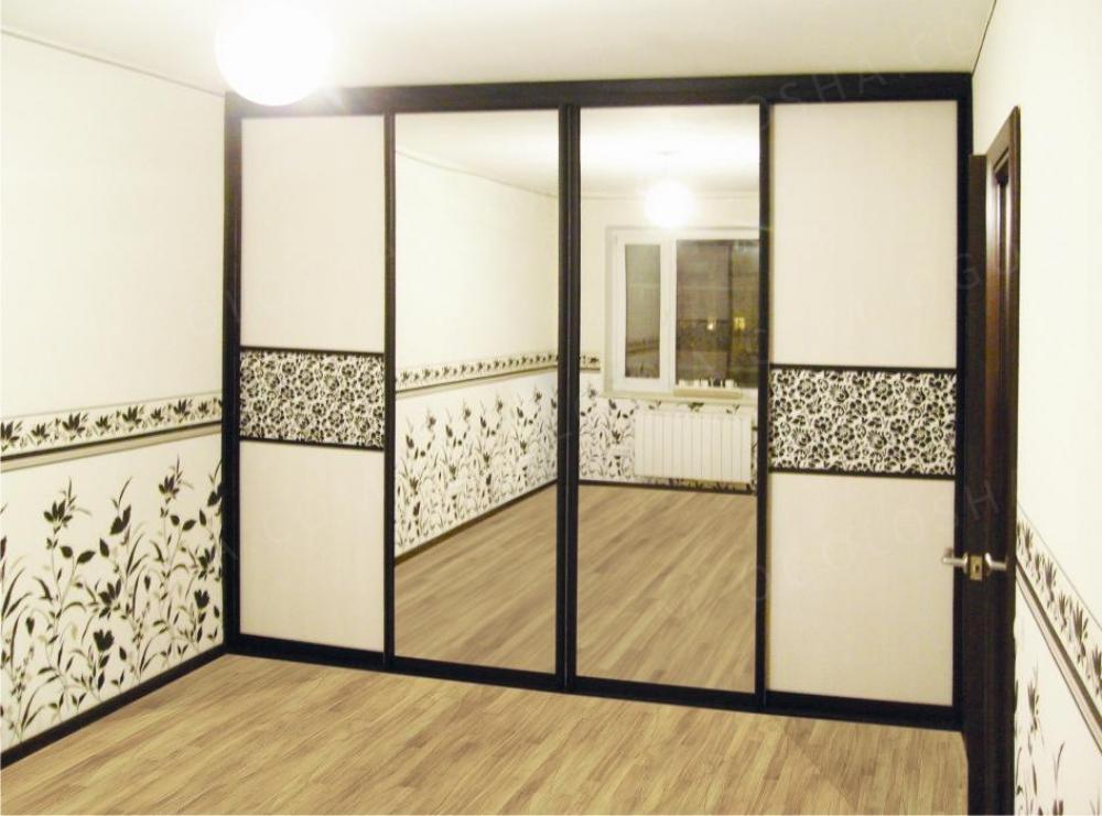 Шкафы-купе четырехдверные с зеркалом или пескоструйным рисун.