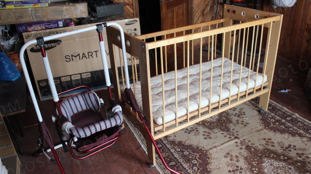 Дитяче ліжечко і гойдалка