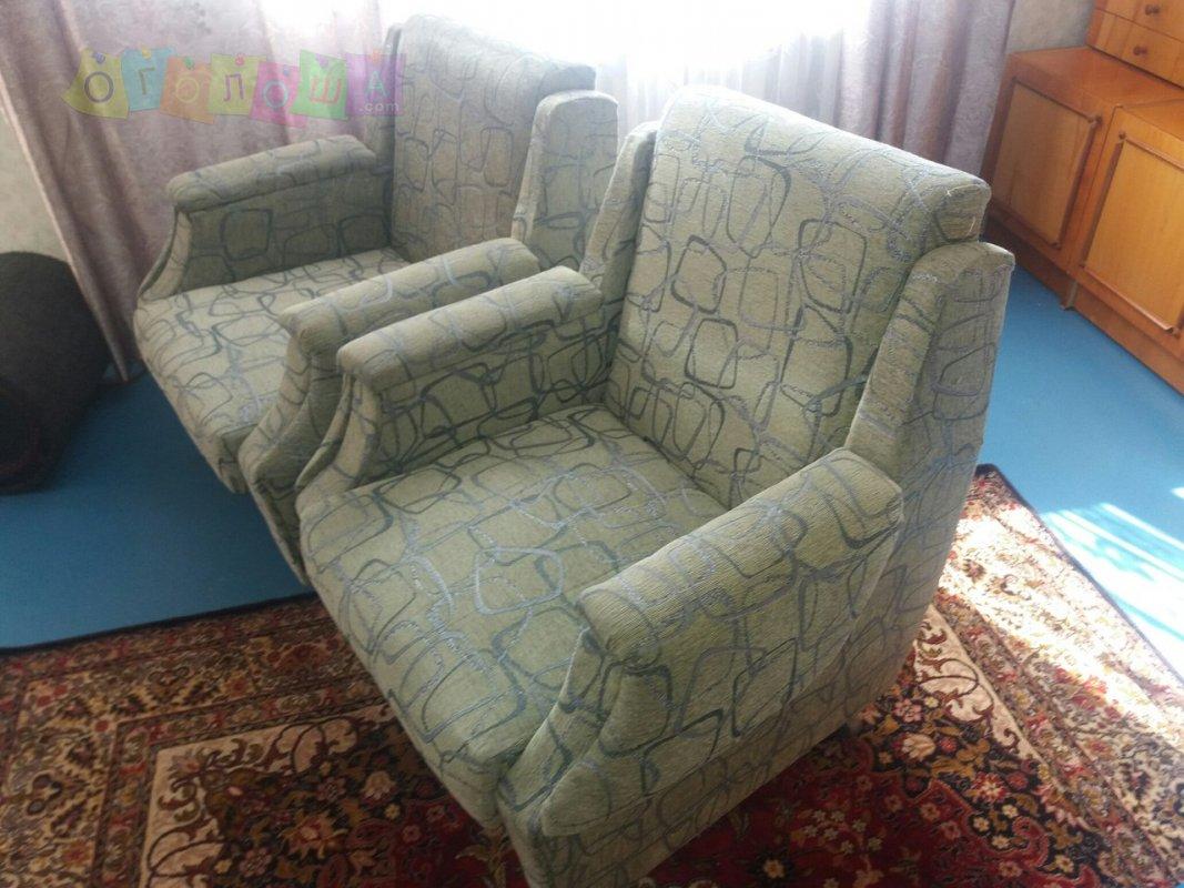Диван ( кровать ) с креслами в отличном состоянии .