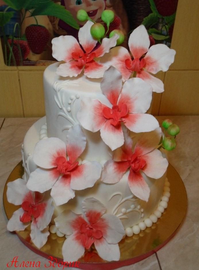 Свадебный белый торт с бело-расными орхидеями