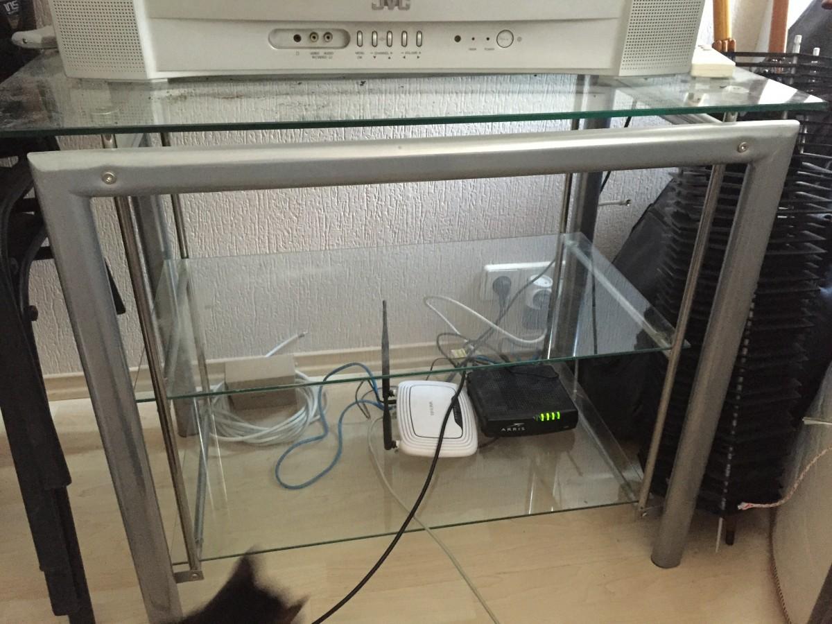Столик под телевизор стеклянный