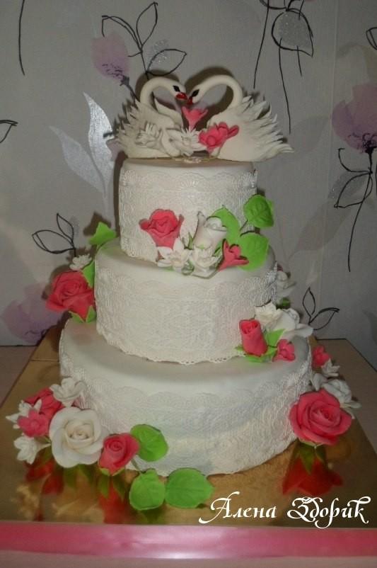 Свадебный 3-х ярусный белый торт с лебедями и розами