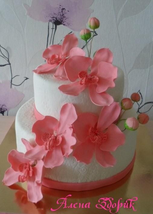Свадебный 2-х ярусный белый торт с веточкой розовых орхидей