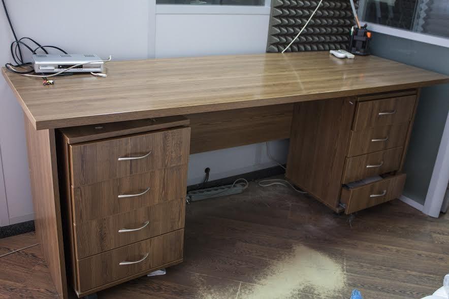Широкий качественный стол с 2-я тумбами