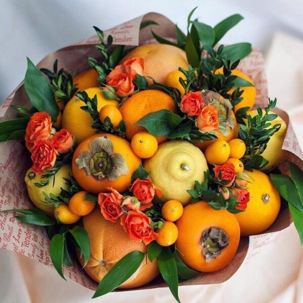 Букети з квітів та фруктів