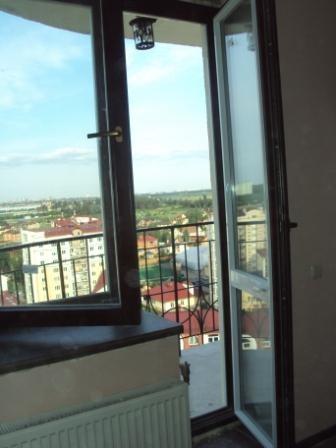 Дерево-алюминиевые окна, алюминиевые окна, выход на балкон.