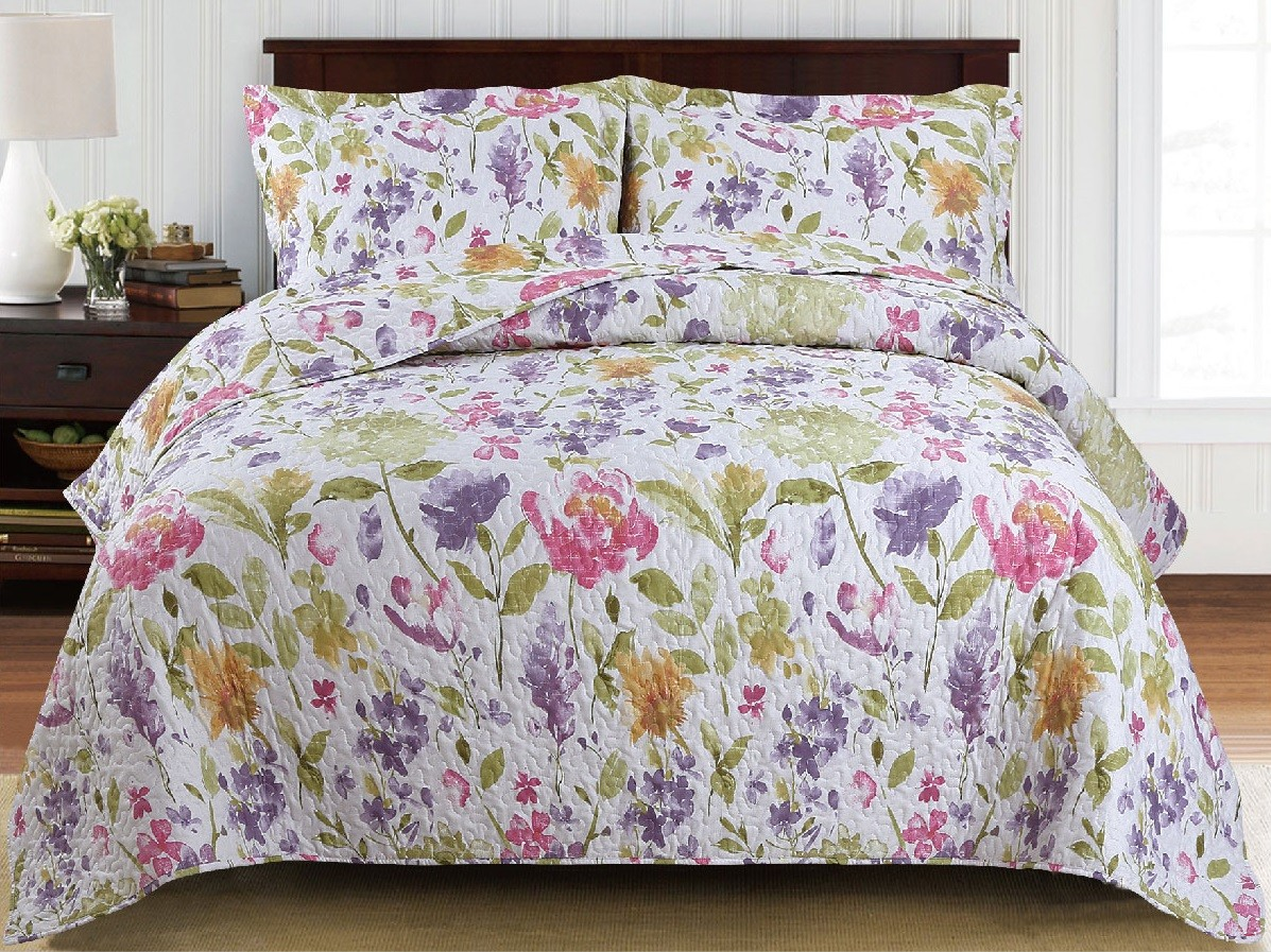Красивое стеганое покрывало на кровать