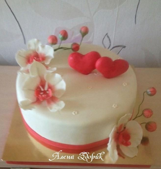 Свадебный торт на годовщину свадьбы с бело-красными орхидеями и сердеч