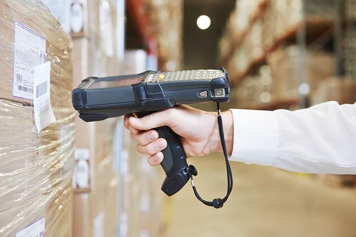 Работник склада со сканером в Польшу