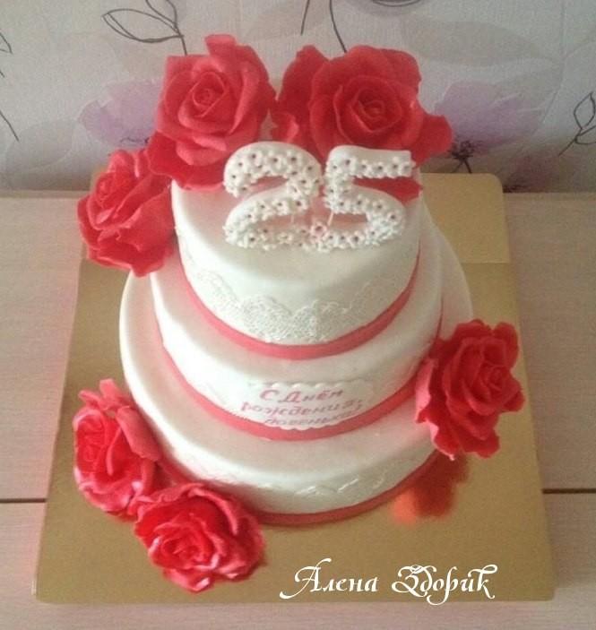 Праздничный 3-х ярусный белый торт с красными розами и белым кружевом