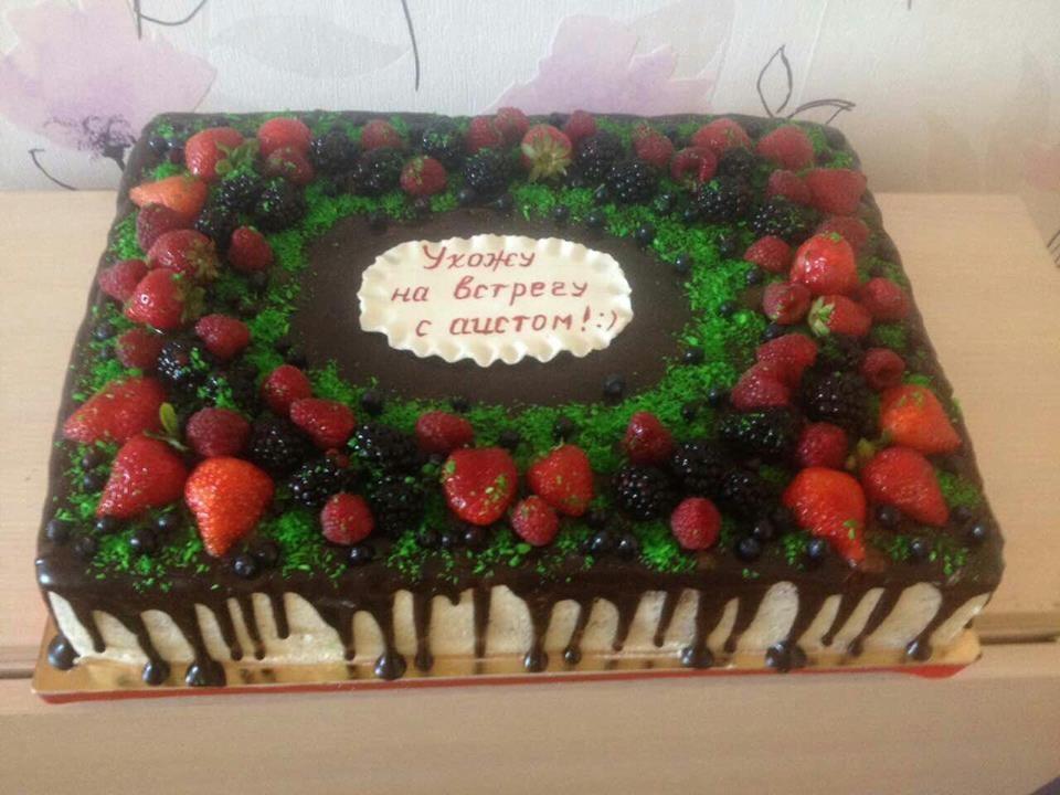 Праздничный торт в шоколадной глазури украшенный ягодами