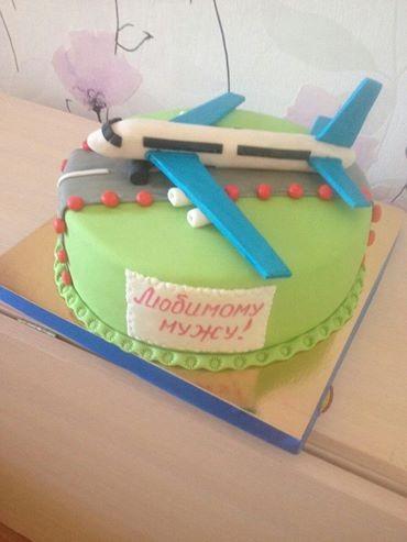 Праздничный торт с самолетом на ДР для мужчины