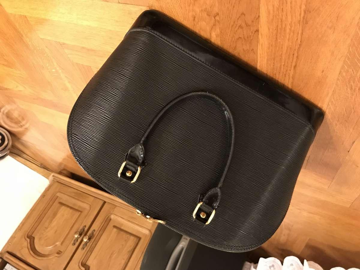 Продаётся кожаная сумка с жестким каркасом