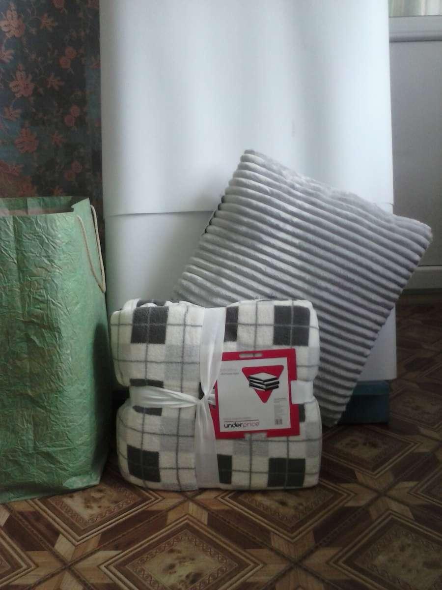 Комплект постельного белья: плед и декоративная подушка.