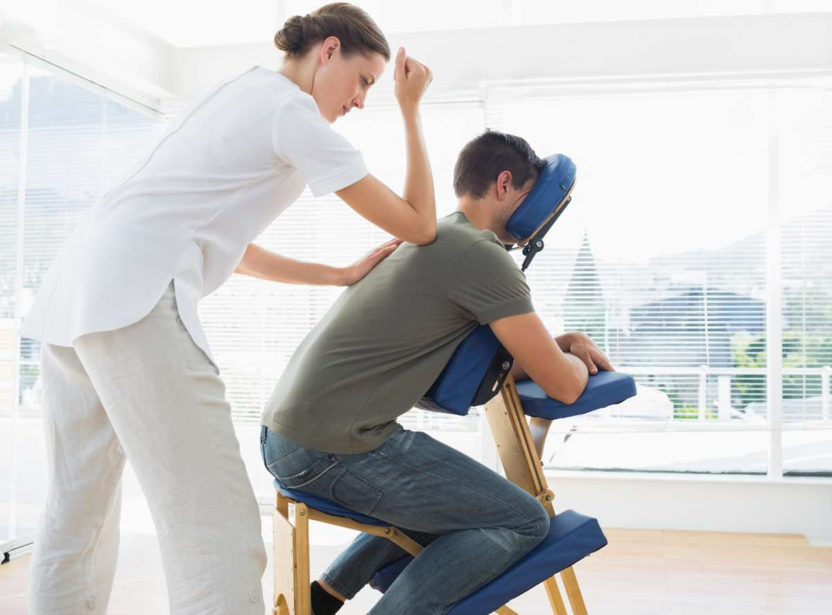 Массаж в офисе от массажистов с медицинским образованием.