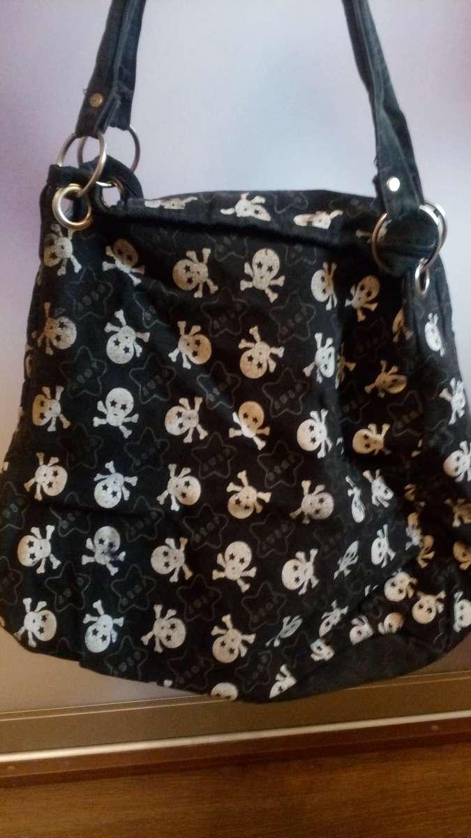 Женская сумка с черепами