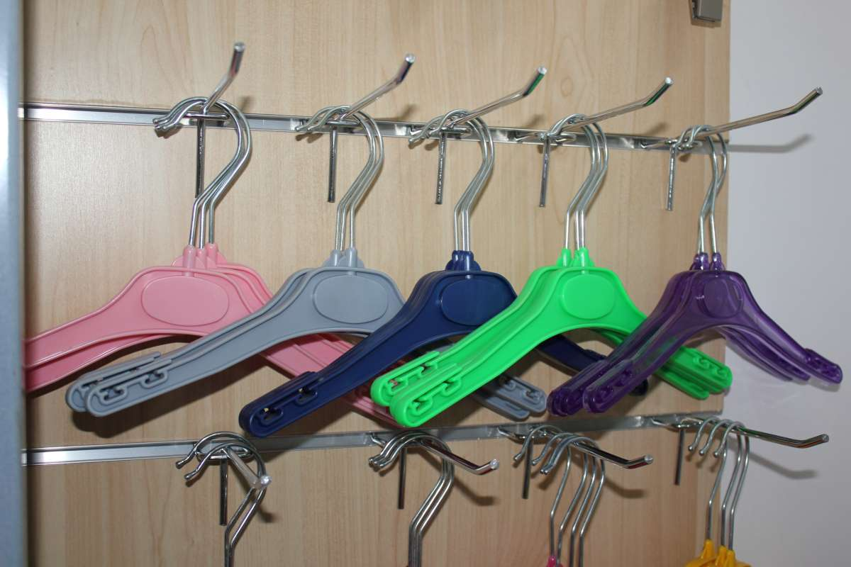 Пластиковые цветные вешалки для детской одежды