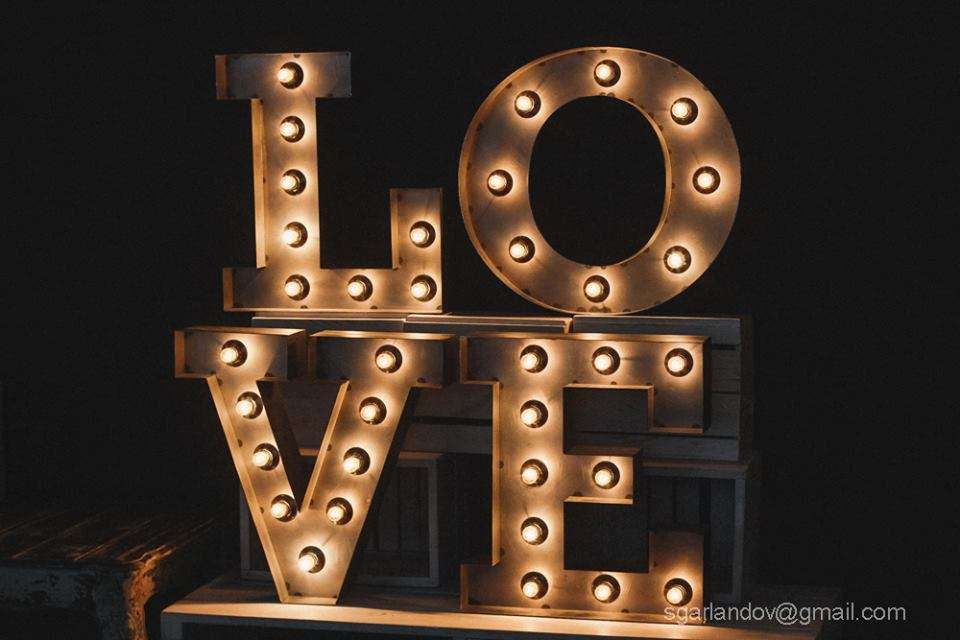 Объемные буквы LOVE с подсветкой из ламп, аренда