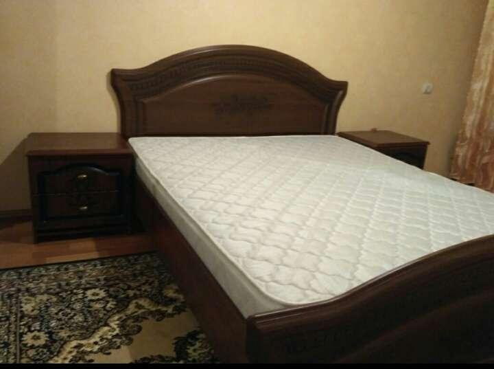 Продам двуспальную кровать с матрасом и ламелями + тумбочки!