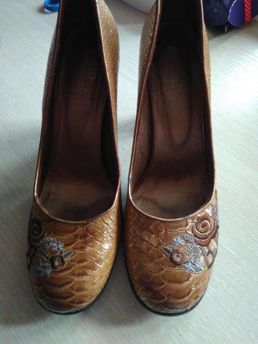 Кожаные туфли с вышивкой