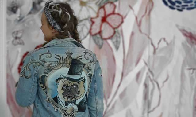 Джинсовый пиджак с рисунком ручной работы