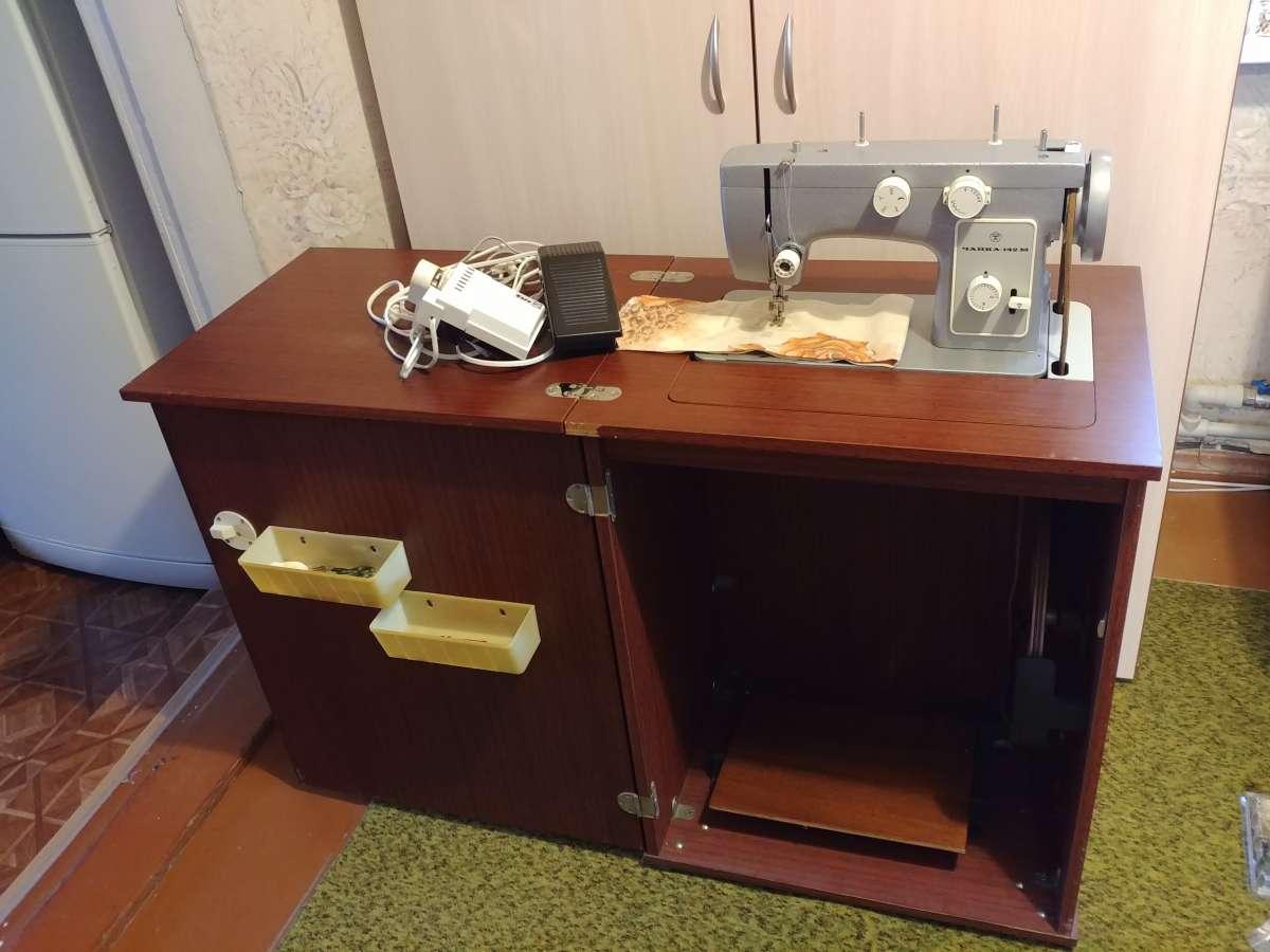 Швейная машина Чайка 142 М с электроприводом и тумбой