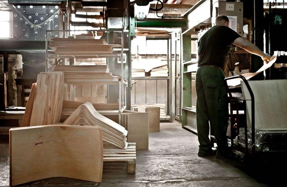 Работник на производство фанеры Paged Meble S.A. (Польша)