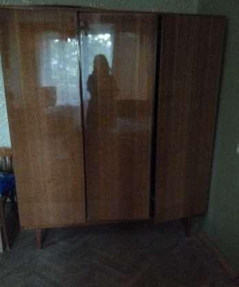 Трехстворчатый полированный шкаф