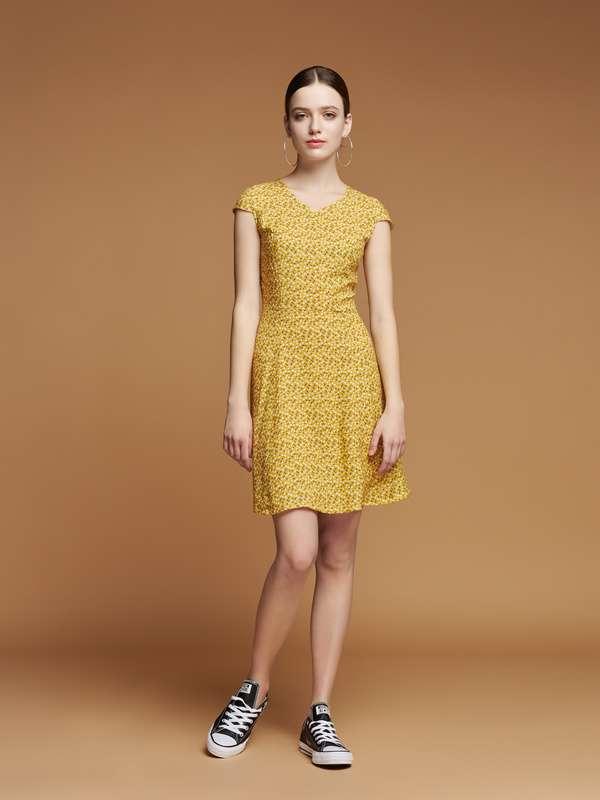 Плаття жовте з вишеньками