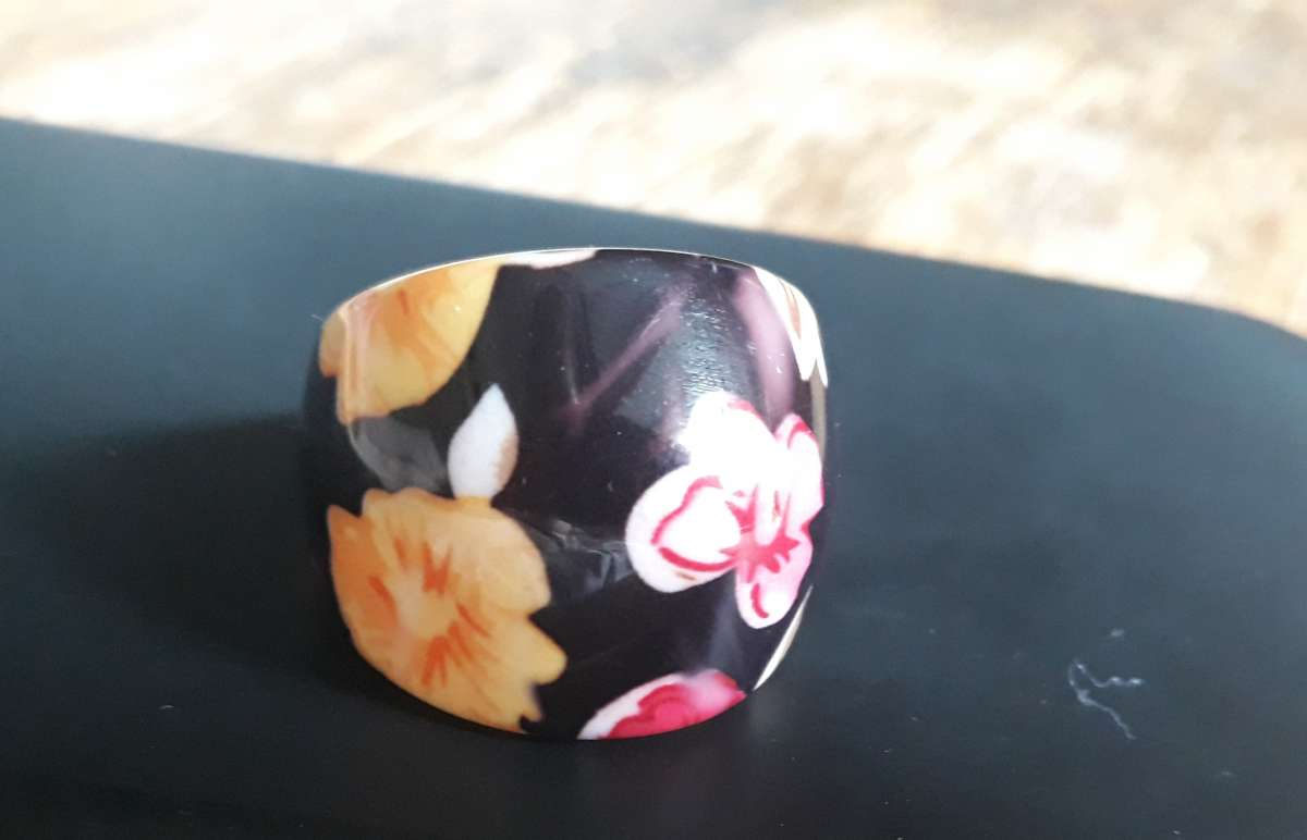 Стильное большое чёрное кольцо с жёлтыми и малиновыми цветами