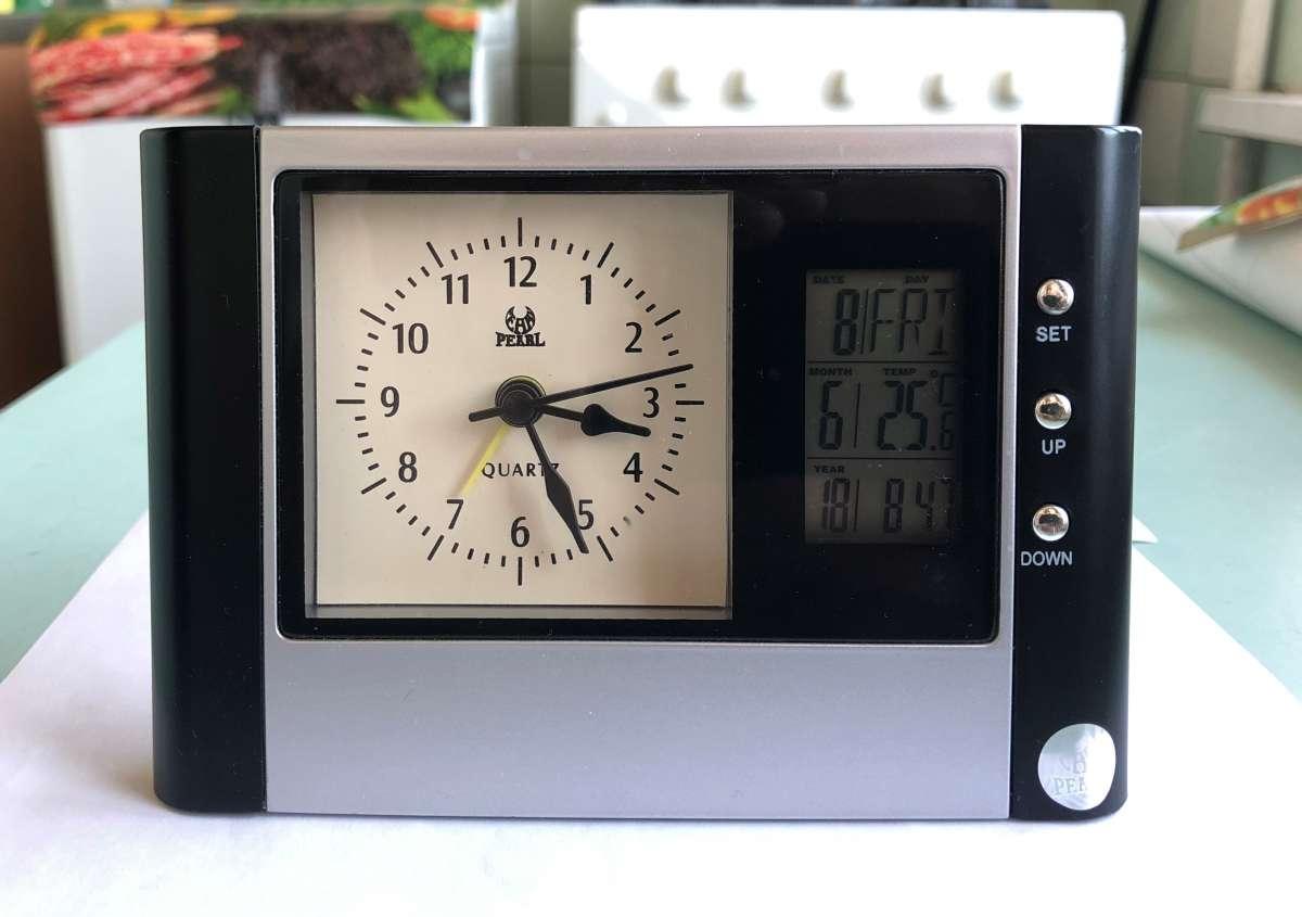 Часы с будильником, календарем, термометром Pearl .