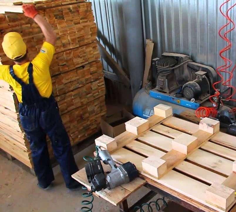 Сборщик піддонів на лісовій фабриці Pila Kalafut Turovec в Чехії.