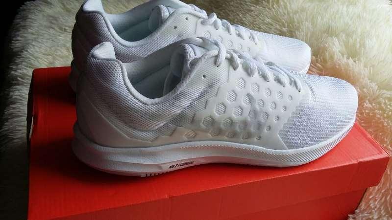 Продам новые оригинальные кроссовки Nike