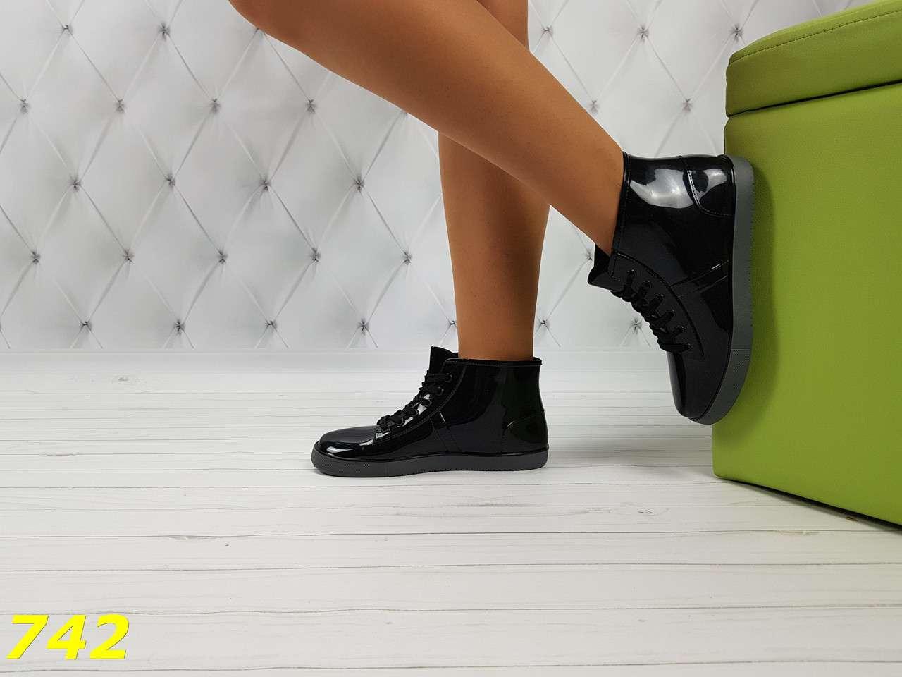Резиновые ботинки непромокаемые модельные
