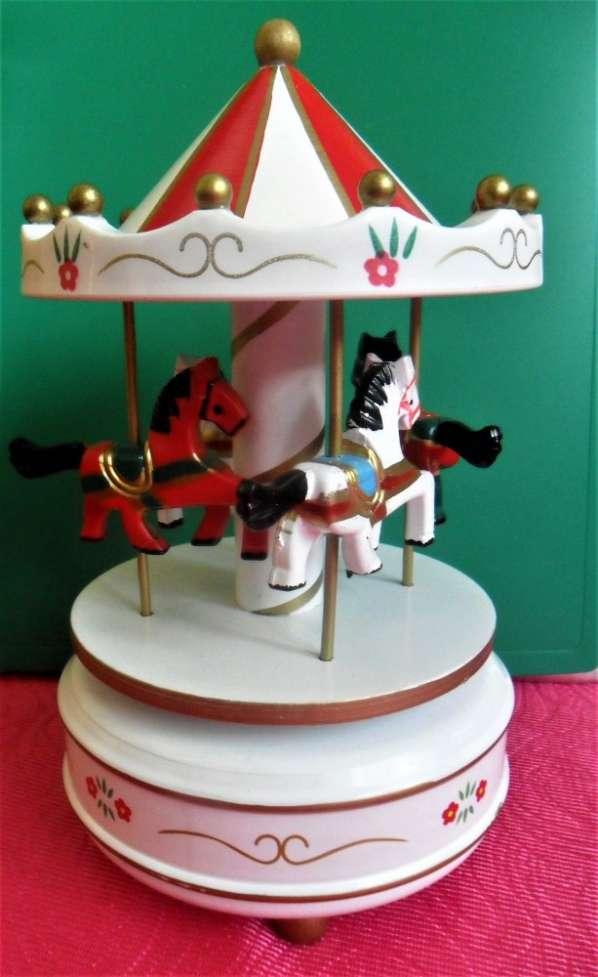 Музыкальная заводная деревянная игрушка шкатулка Карусель Лошадки
