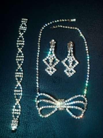 Продам красивейший комплект (колье,клипсы и браслет) чешское стекло