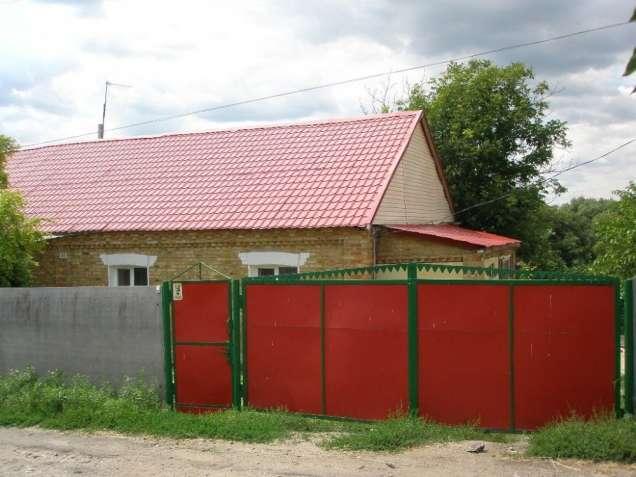 Кагарлык. Кирпичный дом на высоком цоколе.