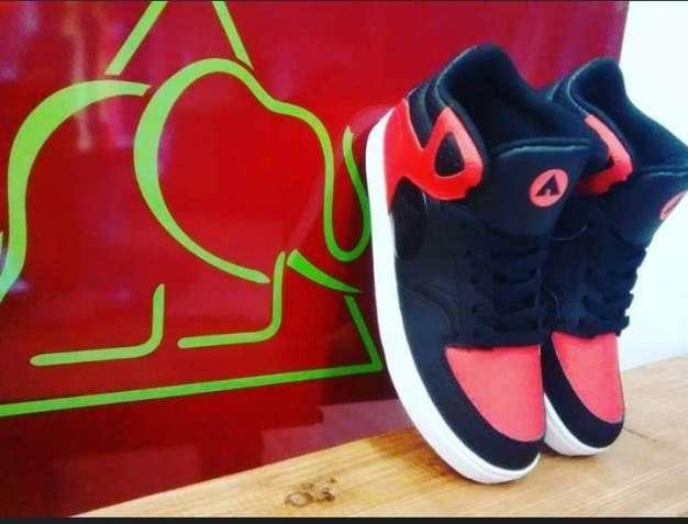 5d044a9404599e Одяг та взуття. Купити взуття та одяг б/в. Недорогий одяг у ...