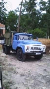 Водитель с автомобилем ЗИЛ -130 самосвал