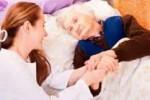 Сиделка для пожилого человека, возможно с ограниченными возможностями