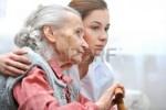 Сиделка с проживанием для престарелых людей и ослабленных больных