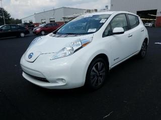 Белоснежный электромобиль Nissan Leaf SV