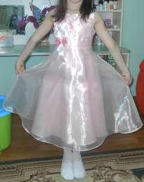 Нарядное платье для девочки. title=
