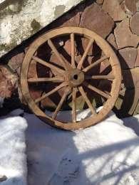 дерев'яне колесо для воза. Антикваріат title=