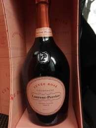 Обмен двух бутылок французского елитного шампанского. title=