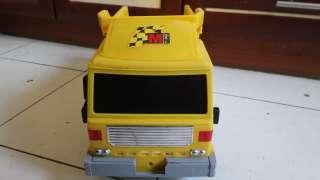 Желтый большой грузовик