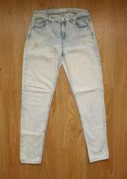 Фирменные  джинсы с дырками  Stradivarius title=