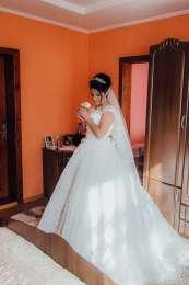 Весільна сукня title=