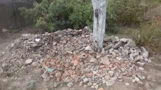 Невелика купа каміння та уламків шиферу
